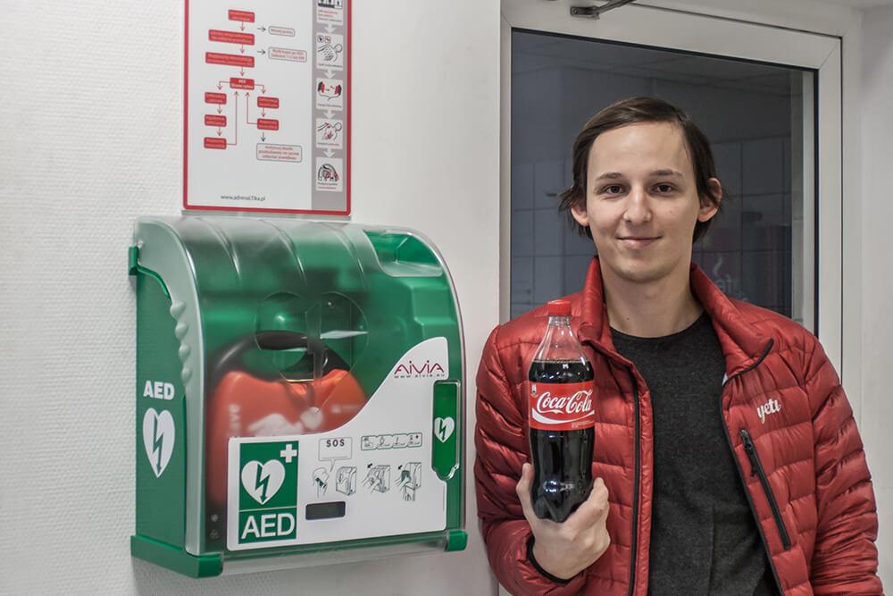 coca cola, kobieta, defibrylator, Primedic HeartSave AED