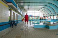 basen, mężczyzna, ratownik, bezpieczeństwo