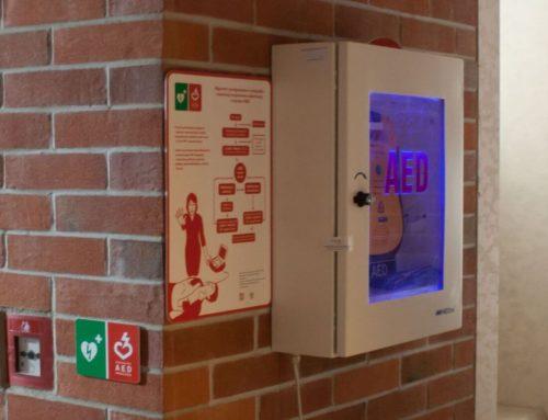 Nie chowajcie defibrylatorów w komórce pod schodami!