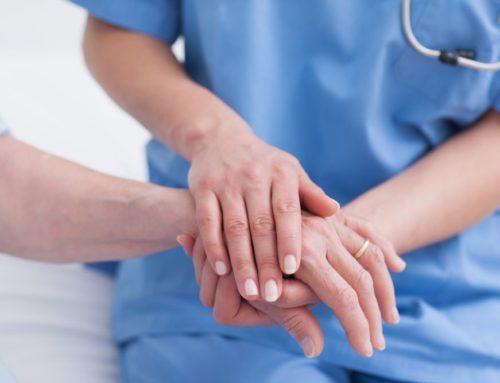Dzięki defibrylatorowi AED pielęgniarki ratują starszego mężczyznę